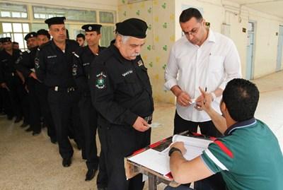 عسكريون-عراقيون-يدلون-بأصواتهم